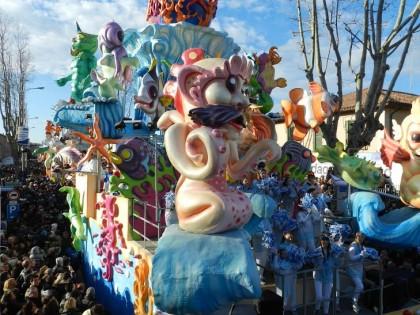 Il Carnevale di Fano fa il bis. In migliaia alla seconda sfilata