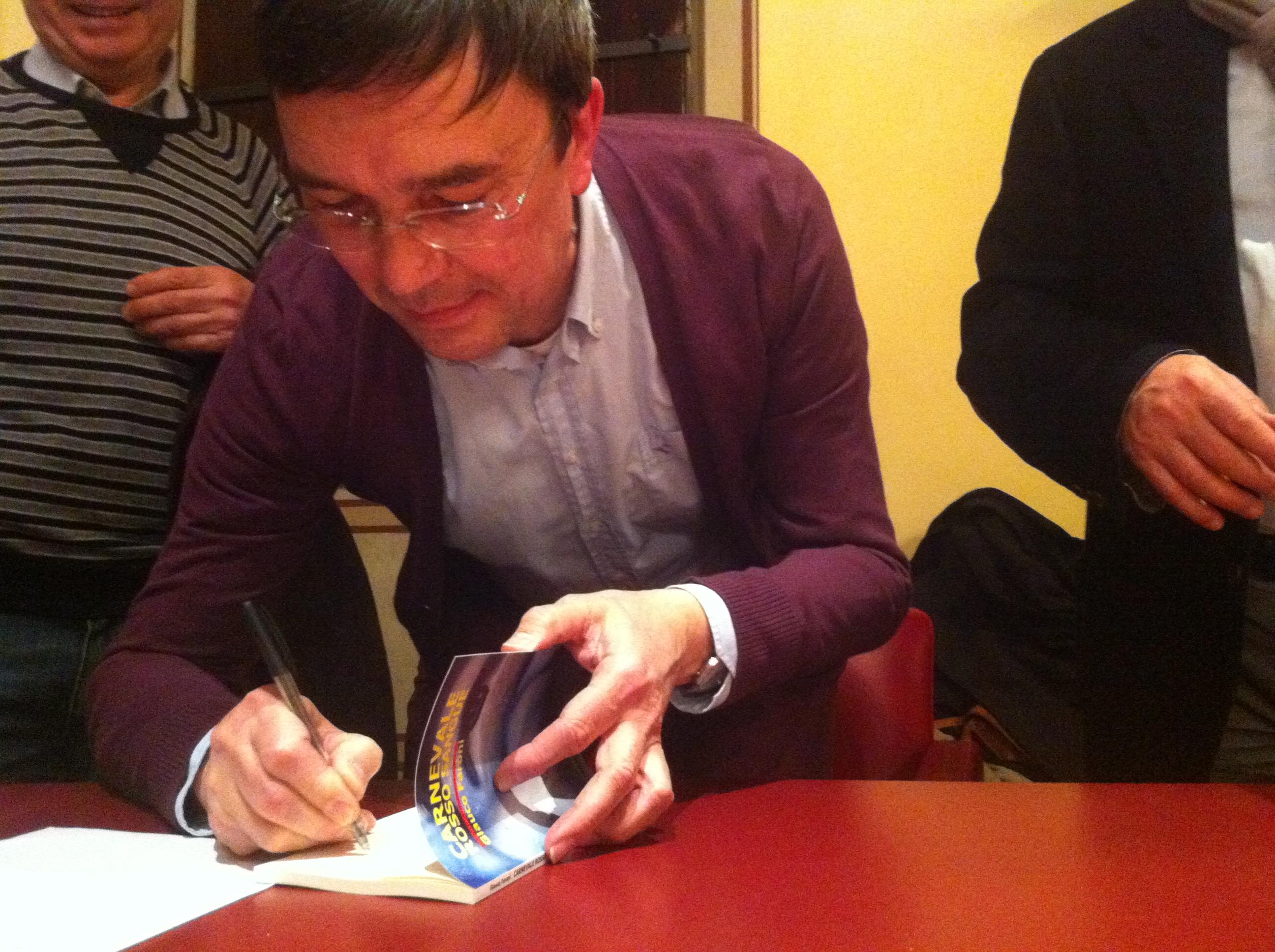 l'autore Glauco Faroni mentre firma uno dei suoi libri