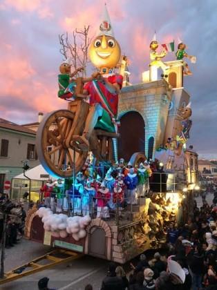 Domenica ultima sfilata di Carnevale a Fano. Si spera nel bel tempo