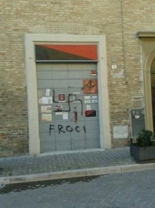 """Info-shop di Fano imbrattato: svastica e la scritta """"Froci"""""""