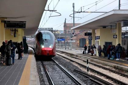 Pesaro, pensionato si butta sotto un treno