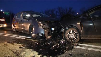 Scontro frontale tra due auto: cinque feriti