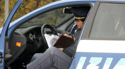 Spegne i fari dell'auto e fugge dalla Polizia ad alta velocità