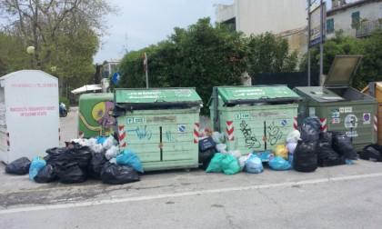 Dilaga a Fano il fenomeno dell'abbandono dei rifiuti nelle isole ecologiche