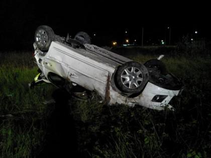Auto fuori strada nella notte a Pesaro, grave un 23enne