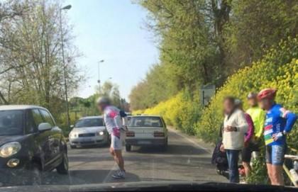 Sulla Flaminia a Carrara di Fano: auto urta gruppo di ciclisti