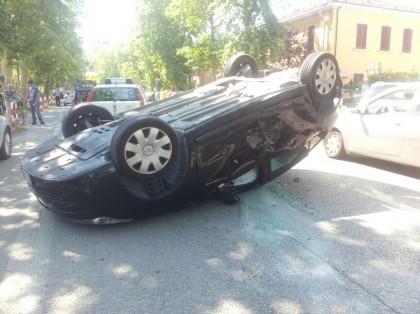 Scontro in Via dell'Abbazia, auto si capovolge. Ferito il conducente