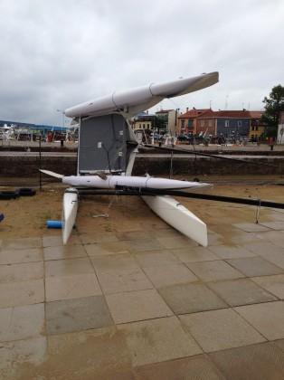 A Fano il vento (140 km/h) ha sollevato un catamarano di 850 Kg. A Pesaro crolla una gru in un cantiere