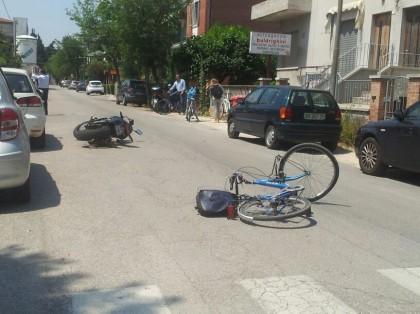 In via XXVII Agosto, moto contro una bicicletta: in due finiscono all'ospedale