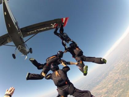 Incidente con il paracadute mentre prova a battere il record mondiale
