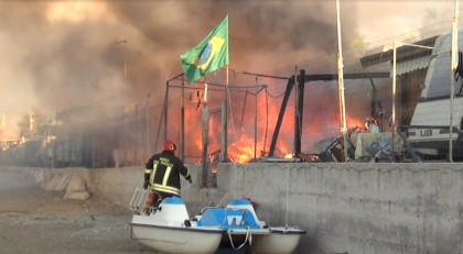 Incendio al Camping Fano, scoppiata bombola del gas e distrutte diverse roulotte – VIDEO