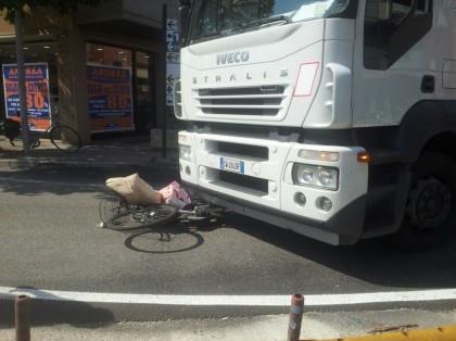 Fano, donna in bicicletta travolta da un Tir. E' grave