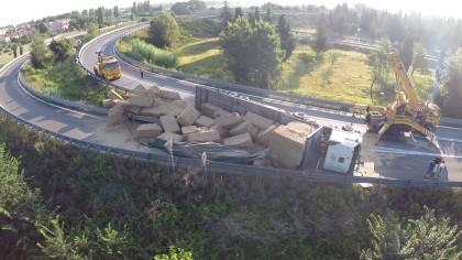 Camion carico di paglia si ribalta sulla rampa dell'A-14