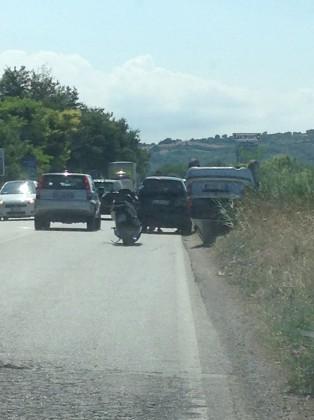 Auto cappotta lungo via E. Mattei