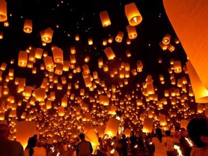 """Svelati i segreti de """"La Notte dei Desideri"""": migliaia di lanterne in cielo a Torrette di Fano – VIDEO"""