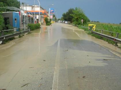 Maltempo, a Mondolfo spazzato via un ponte, famiglie in difficoltà
