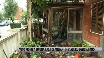 Fano, auto piomba sull'entrata dell'abitazione di anziani – VIDEO