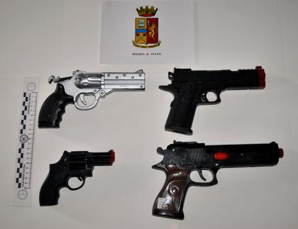 Fotografati con le pistole (giocattolo) in mano in via dell'Acquedotto. Interviene la polizia