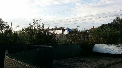 Tenta il suicidio sotto il treno, poi ci ripensa. Ferito