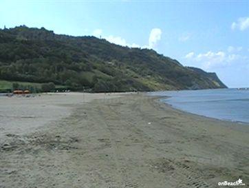 I detenuti di Villa Fastiggi ripuliscono la spiaggia di Baia Flaminia
