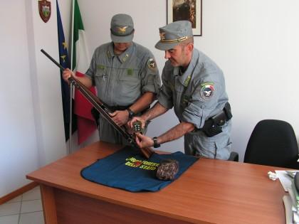 Caccia illegalmente: denunciato bracconiere fanese. Sequestrati fucile e richiamo elettronico