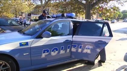 Per sfuggire all'arresto si nasconde nel cortile di una scuola a Fano