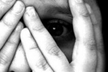Il vicino di casa abusa di un bimbo di 8 anni. Allontanato dal paese – VIDEO