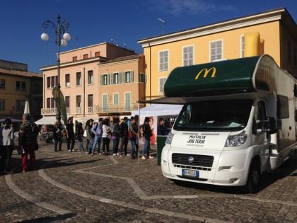 Tutti in fila per un posto di lavoro al McDonald's di Fano