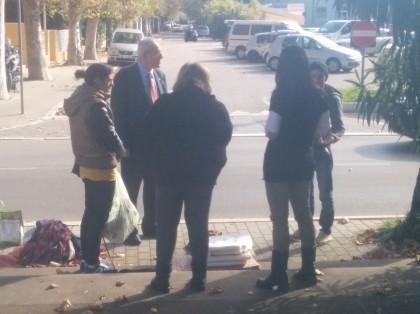 Bivacco in Piazza Unità D'Italia: arrivato il personale ASET e i senza dimora che si sono fatti restituire tutto