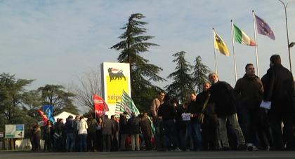 Saipem, centinaia di posti di lavoro a rischio: iniziato lo sciopero e il presidio davanti alla sede fanese