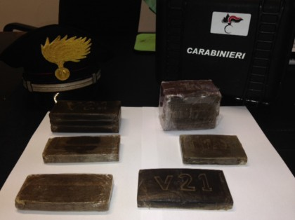 Droga: arrestata a Marotta con 1 kilo e 200 grammi di hashish. Caccia al complice