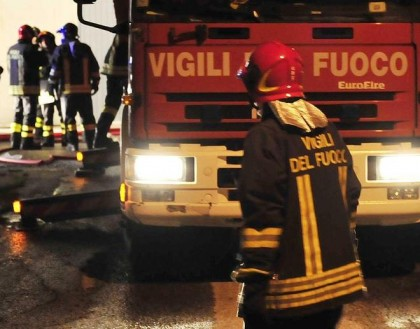 Rubano un'auto e le danno fuoco in Via San Francesco a Tavernelle