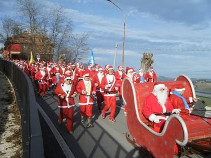 Torna la corsa dei Babbi Natale da Barchi a Piagge. Divertimento e solidarietà per l'ottava edizione