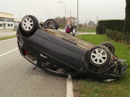 Perde il controllo e l'auto si ribalta. Ferite le passeggere e ritirata la patente di guida al conducente