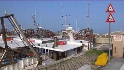 Fermo pesca: una barca esce in mare e si accendono discussioni – VIDEO