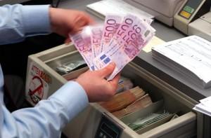 """Operazione """"Fiducia tradita"""": si impossessa indebitamente di 200.000 euro, denunciato un cassiere bancario – VIDEO"""