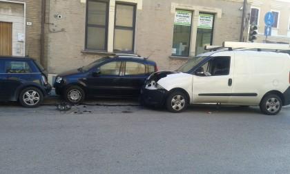 Fano, non si ferma al semaforo e provoca un incidente. Nessun ferito