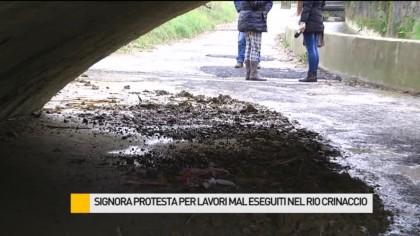 Signora protesta per lavori mal eseguiti nel Rio Crinaccio – VIDEO