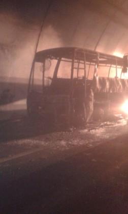 Pullman in fiamme in A14. Salvi i 28 passeggeri (Guarda il video)