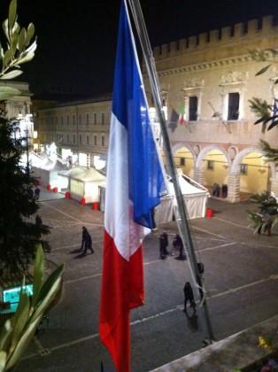 """Strage Charlie Hebdo, bandiera francese in Comune a Pesaro. Ricci: """"Un dovere morale"""""""