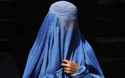 Donna passeggia col burqa in via Roma a Fano. La Destra: episodio grave