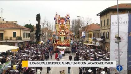 Il Carnevale risponde al maltempo con la carica dei 45.000 – VIDEO