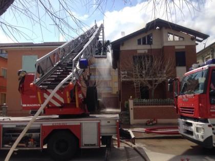 Incendio distrugge la mansarda e il tetto del presidente del Comitato Pro Marotta Unita