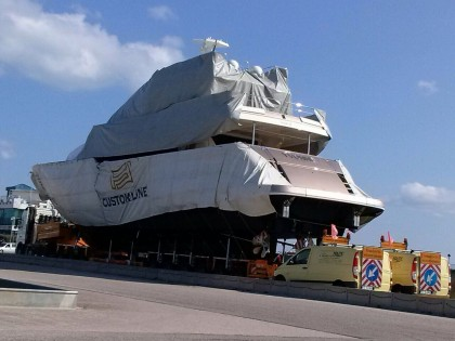 Passa il mega Yacht e la Statale 16 va in tilt. Code e ritardi