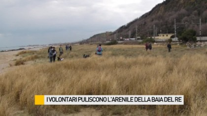 I volontari puliscono l'arenile di Baia Del Re – VIDEO