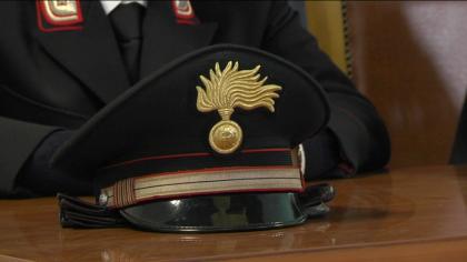 Ubriaco ed armato di coltello danneggia auto in sosta ed aggredisce i carabinieri.
