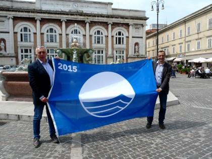 Bandiera blu in piazza del Popolo, sorridono le spiagge pesaresi