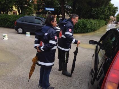 Volontari della Croce Rossa Italiana del Comitato di Marotta sul posto degli allagamenti
