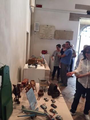 Trenini e marionette per la gioia di grandi e bambini, inaugurata la mostra