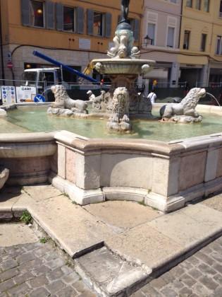 """Rotto un pezzo della fontana della Fortuna. Marchegiani: """"Già al lavoro per il ripristino"""" – VIDEO"""
